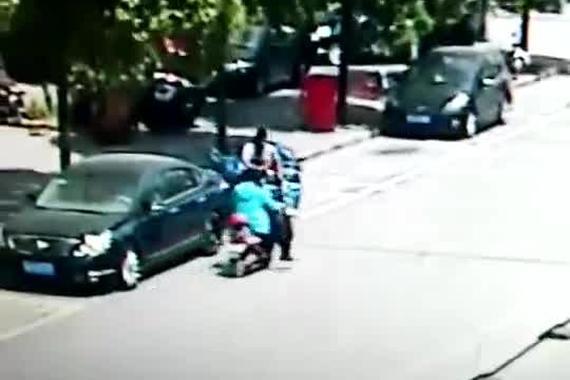视频:电动车逆行出事故,竟一走了之