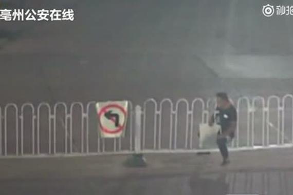 """视频:男子超近道玩""""缩骨功"""" 尴尬了"""