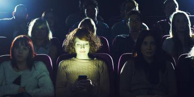 看电影玩手机 女子被男友告上法院