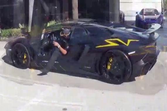 视频:震天响 主视角试驾Aventador SV