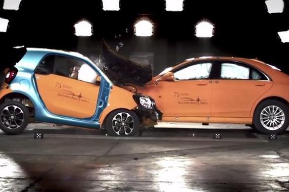 视频:Smart 对撞 奔驰S级轿车 以大欺小吗?