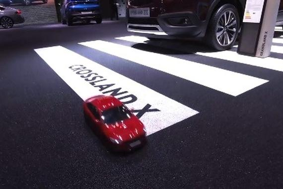 视频:【会玩】操控RC带你游 2017法兰克福车展 展台