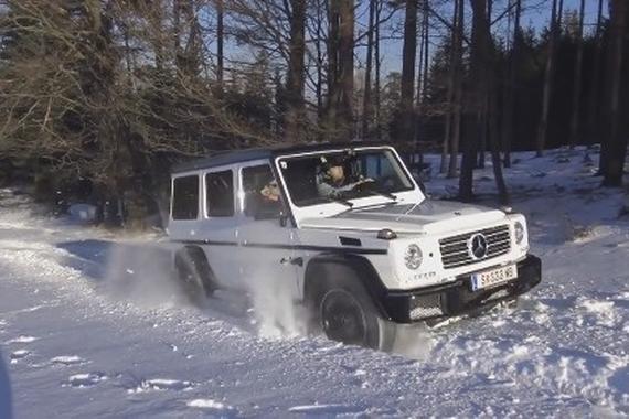 白色奔驰大G 在白色的雪地上