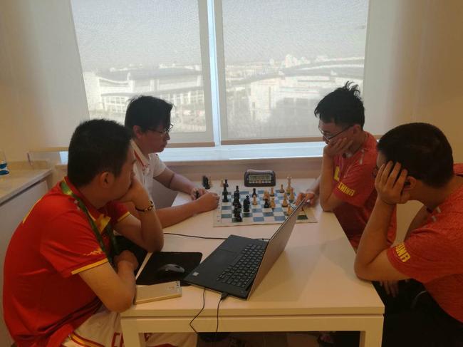 中国国象队总教练叶江川与队员观战