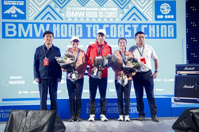 张家口市副市长及水性科天领导为奥运助跑团颁奖