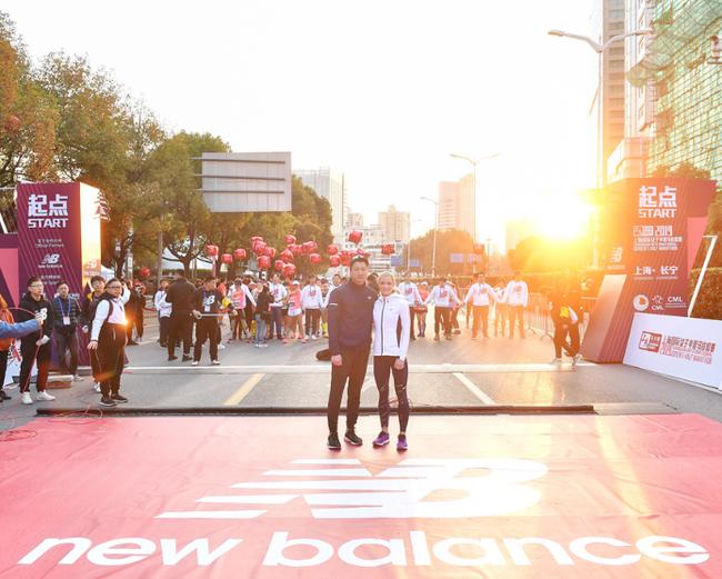 New Balance中国区总经理汪烈名先生与艾玛·科伯恩(Emma Coburn)为选手助力