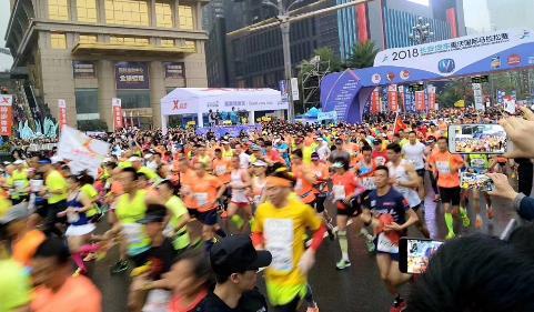 (2018重庆国际马拉松鸣枪起跑)-第八届重马火热开跑 康师傅继续提供