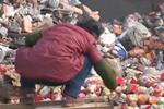 货车大量倾倒过期食品罐头 引发居民哄抢