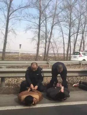 东北6人抢车 遭特警队员持枪围捕