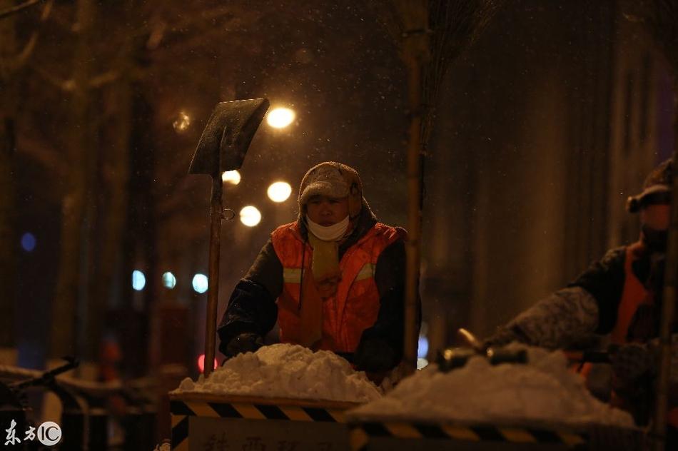 沈阳清洁工零下20 凌晨来扫雪图片