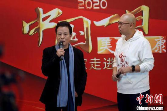 中国作协副主席李敬泽(左)在活动现场。活动主办方供图