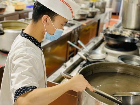 多家饭店联手,熬绿豆汤!