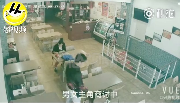 大连:一对夫妻面馆用餐顺走邻座餐客电脑包