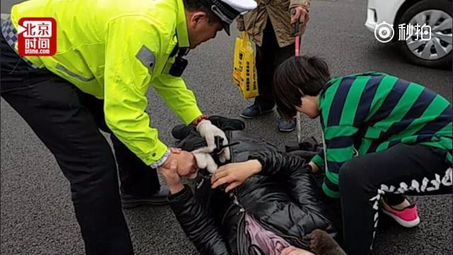 沈阳女交警路遇车祸护士脱棉服垫伤者 拿外套帮她御寒