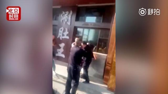东北一女店主当街辱骂抓踢民警被拘