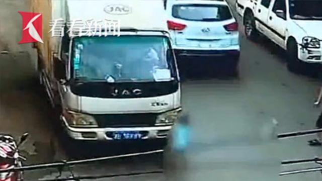 3岁男孩自行下车遭货车碾压身亡 事发时父亲低头看手机
