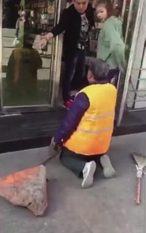 环卫老人跪在店门前-视频截图