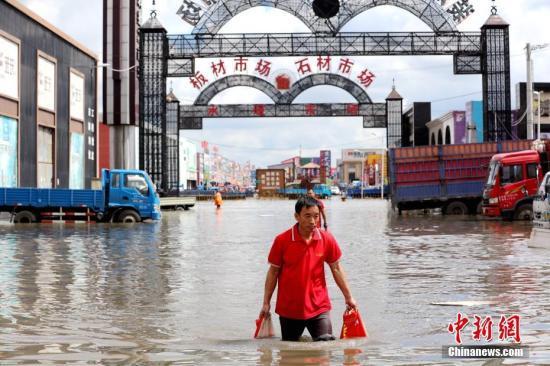 图为近日黑龙江最大建材市场被淹。 中新社记者 王舒 摄