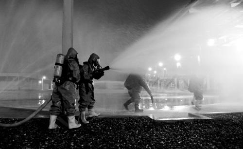 救援人员对泄漏的气体进行稀释