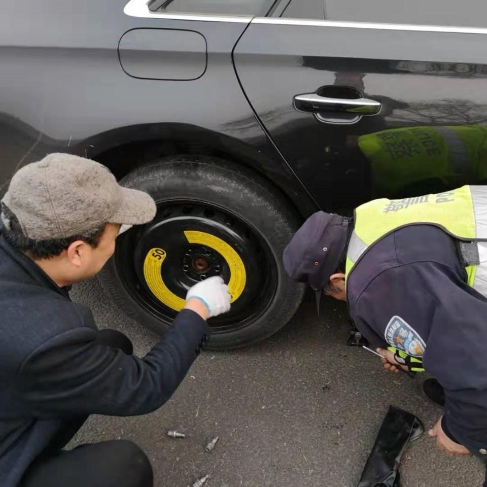 沈阳:男子上高速车胎漏气却不知 民警发现帮忙换轮胎