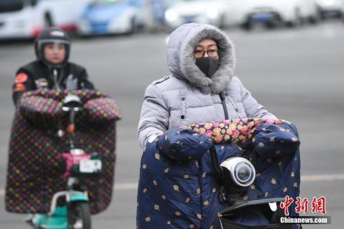 4月4日,山西太原,民众身穿冬衣出行。新社记者 武俊杰 摄