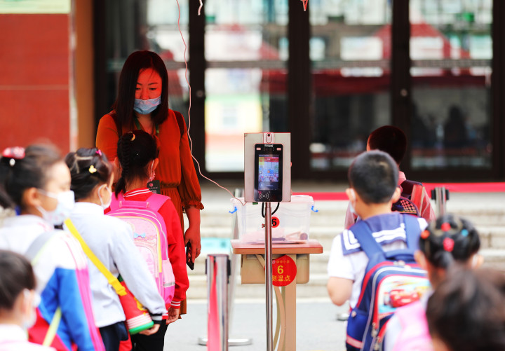 校门口进行刷脸检测。