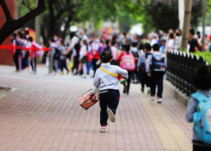 超长的假期终于要结束了,孩子们又背上书包准备开始校园生活。