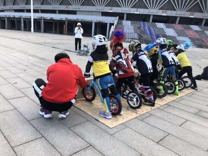 小朋友练习骑平衡车