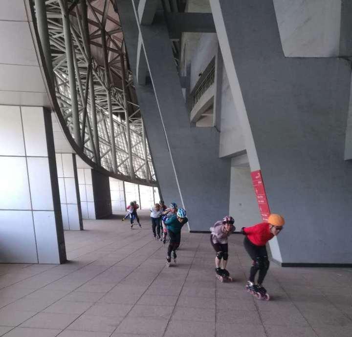 市民在体育场二楼平台玩轮滑
