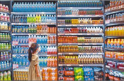 7月9日,一名小朋友在河北省邯郸市一家超市购买饮料。 李 昊摄(新华社发)
