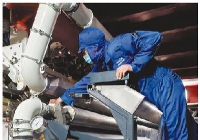 生产线机长在检查设备。
