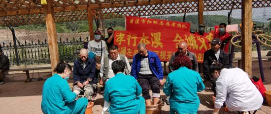 本溪红枫慈善义工团队6年上门服务孤寡老人