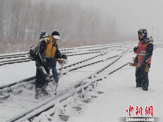 铁路工作人员利用除雪机械在线路上除雪。 钟欣 摄