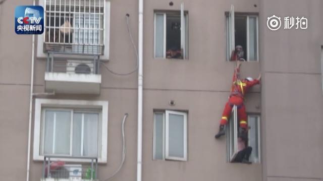 """女子8楼窗台欲轻生 消防员""""速降""""将她""""蹬""""回屋"""
