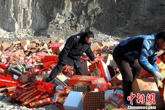 民警正在摆放收缴的违法烟花爆竹。 王景巍 摄