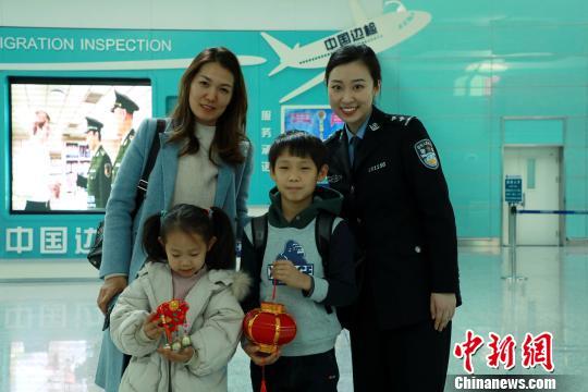 民警为韩国小朋友赠送新春礼物。 王景巍 摄