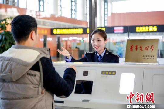 民警正在为旅客提供入境服务。 王景巍 摄