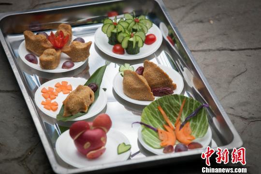 """""""国宝""""们的年夜饭。 王智勇 摄"""