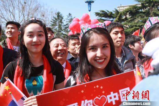 少数民族学生穿着民族服饰参加活动。 杜佳 摄