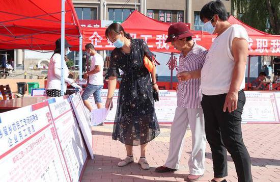 """朝阳农民工在家门口参加""""保民生、稳就业""""专场招聘活动"""