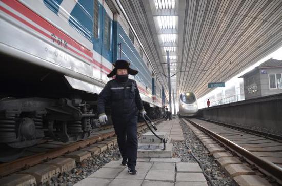 作业人员从列车上水栓内用力拽出水管
