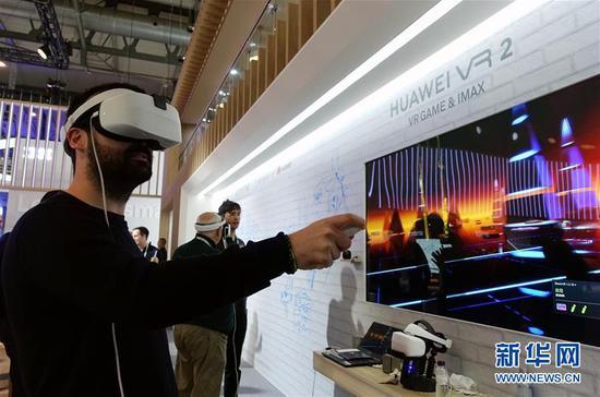 2月28日,在西班牙巴塞罗那,一名男子在世界移动通信大会上的华为展区体验虚拟现实(VR)游戏。 新华社记者郭求达摄