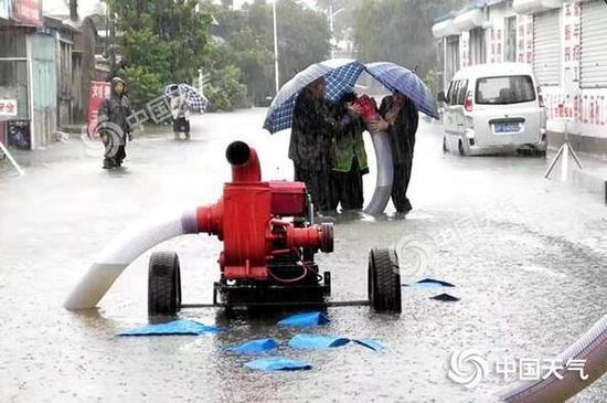 葫芦岛绥中县紧急抽水。图/何宇