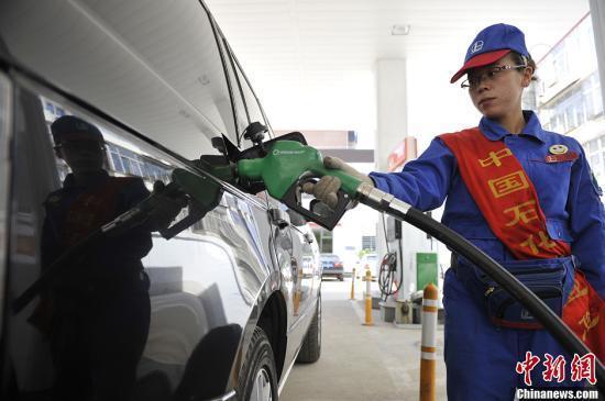 山西太原一加油站,工作人员为车主加油。韦亮 摄