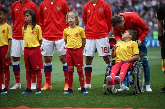 来自鞑靼斯坦的11岁小球童Polina Haeretdinova是首位参与球童计划的残障儿童,在开幕赛中与俄罗斯队一同站在了绿茵场上