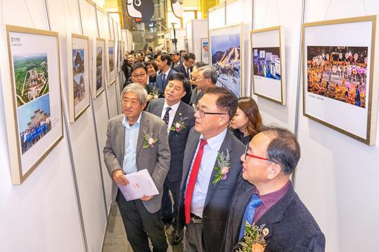 林秉镇总领事、金容载支社长等韩中双方领导参观影展