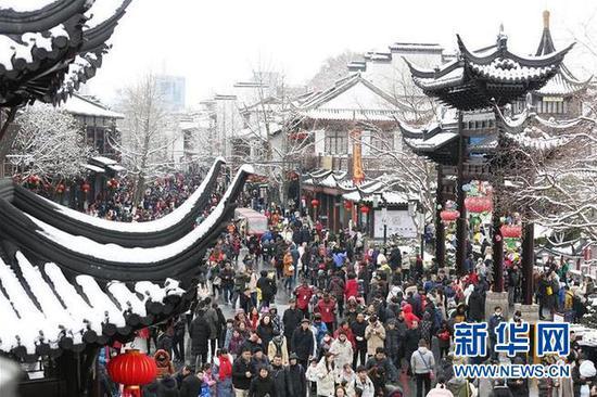 2月8日,游客在南京夫子庙景区游览。新华社发(王新 摄)