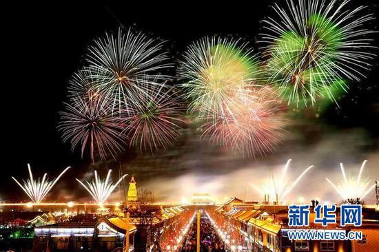 2月9日,在河北正定古城南城门上空,璀璨的电子烟花给人们带来一道视觉盛宴。新华社发(张海强 摄)