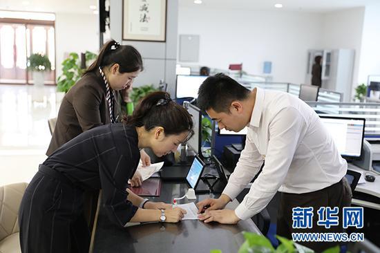 敦煌网东北区域总经理李丽在沈抚新区政务服务中心办理企业开办相关手续。