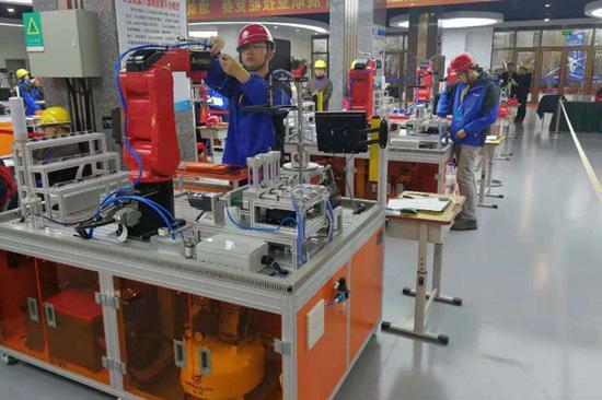 工人在实训工厂接受培训。 沈阳市永安机床小镇供图